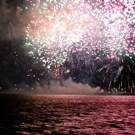 catamaran-navivoile-feu-artifice-du-14-juillet-de-sainte-marie-la-mer-1-e1491054744896