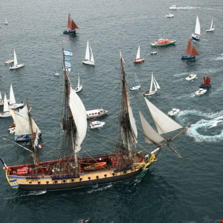 L'Hermione escorte le Brestoâ pour sa millième traversée vers Brest